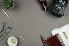 Stilvolles unbedeutendes Modell mit Notizbuch-, Planer-, Glas-, Stift- und Weinlesekamera lizenzfreie stockfotos