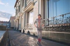 Stilvolles und modernes Mädchen auf einem Weg um die Stadt stockfoto