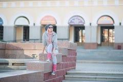 Stilvolles und modernes Mädchen auf einem Weg um die Stadt Lizenzfreie Stockfotografie