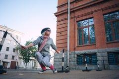 Stilvolles und modernes Mädchen auf einem Weg um die Stadt lizenzfreie stockfotos