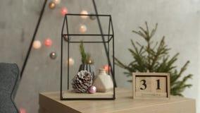 Stilvolles Weihnachtsskandinavische Innendetails Komforthaus mit nordischem Dekor des neuen Jahres Tannenzweige im Vase, hölzern stock footage