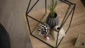 Stilvolles Weihnachtsskandinavische Innendetails Komforthaus mit nordischem Dekor des neuen Jahres Tannenzweige im Vase, hölzern stock video