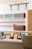 Stilvolles Wohnzimmer angeschlossen mit Küche Stockbild