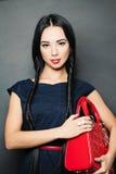 Stilysh-Mode Brunette mit mit langen Borten Lizenzfreie Stockbilder
