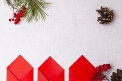 Stilzhizni, nuovo anno, buste rosse Fotografia Stock Libera da Diritti