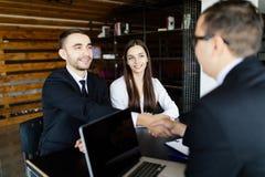 Stimmen Sie Händedruck von zwei Geschäftsleuten zu Stockfotos