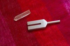 Stimmgabel und Kristall auf Tabelle Lizenzfreie Stockbilder