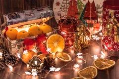 Stimmung des neuen Jahres und des Weihnachten, der Tischschmuck des neuen Jahres, Girlanden, Sterne, Kegel, Tangerinen lizenzfreie stockfotografie