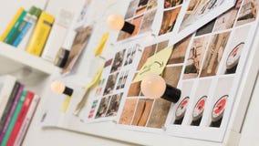 Stimmungsbrett mit Fotografien und klebrigen Anmerkungen über eine magnetische Wand lizenzfreies stockbild