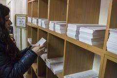 Stimmzettel von Kandidaten auf einem Regal am Wahlmänner-Gremium in Madrid Lizenzfreie Stockbilder