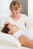 Stimulation de pointeau pendant l'acuponcture faciale images libres de droits