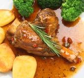 Stinco dell'agnello in salsa del vino rosso immagine stock