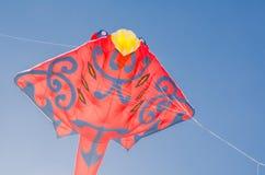 Stingrockadrakedesign i flyg för röd färg på bakgrund för blå himmel royaltyfri bild
