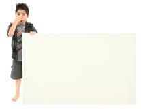 stinky blankt tecken för holding för pojkeuttrycksframsida fotografering för bildbyråer
