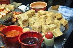 Stinky stekt tofu på en stall för Hong Kong gatamat royaltyfri fotografi