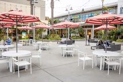Stiped parasola stoły przy Pacyficznym miastem zdjęcia stock