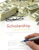 Stipendiumansökningsblankett och pengar Arkivbilder