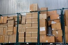 Stipi dei contenitori di imballaggio di riserva del cartone nella fabbrica Fotografie Stock Libere da Diritti