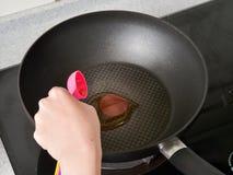 Stir-жарить имбирь на высокой жаре для того чтобы принести вперед смачную ароматность с маслом сезама Стоковое Изображение RF