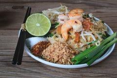 Stir-зажаренная лапша риса с креветками (пусковой площадкой тайской), тайская еда, тайская кухня, стиль тайской еды деревенский,  Стоковое Изображение
