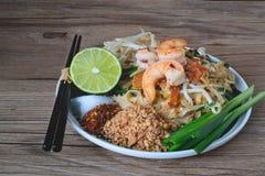 Stir-зажаренная лапша риса с креветками (пусковой площадкой тайской), тайская еда, тайская кухня, стиль тайской еды деревенский,  Стоковое фото RF