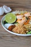 Stir-зажаренная лапша риса с креветками (пусковой площадкой тайской), тайская еда, тайская кухня, стиль тайской еды деревенский,  Стоковое Фото