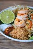 Stir-зажаренная лапша риса с креветками (пусковой площадкой тайской), тайская еда, тайская кухня, стиль тайской еды деревенский,  Стоковая Фотография
