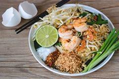 Stir-зажаренная лапша риса с креветками (пусковой площадкой тайской), тайская еда, тайская кухня, стиль тайской еды деревенский,  Стоковые Изображения