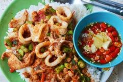 Stir-зажаренная приправа кальмара и свинины карри рыбами соуса chili Стоковая Фотография RF
