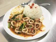 Stir-зажаренные кальмар, креветка и базилик пряный, вкус chili Стоковое Фото