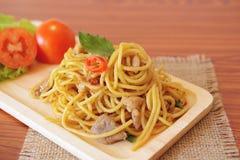 Stir-зажаренные пряные спагетти с цыпленком тип тайский Стоковое фото RF