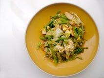 Stir зажарил смешанные овощ и тофу в соусе sukiyaki на плите Вегетарианская еда, здоровая еда Стоковые Фотографии RF