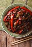 Stir-фрай баклажана от конца-вверх Азиатск-стиля на плите вертикально Стоковая Фотография RF