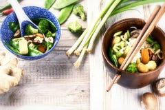 Азиатские лапши с stir-зажаренными овощами Стоковые Изображения RF