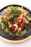 Stir de fruits de mer frit avec l'herbe thaïlandaise. Photos stock