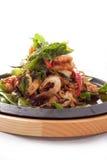 Stir de los mariscos frito con la hierba tailandesa. imagenes de archivo