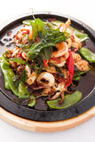 Stir de los mariscos frito con la hierba tailandesa. fotos de archivo