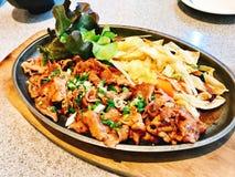 Stir fried cortó el cerdo con la salsa de soja en estilo japonés foto de archivo