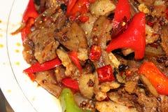 Stir-fried hirvió rebanadas del cerdo en salsa caliente Foto de archivo
