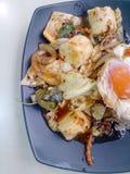 Stir Fried mezcló verduras con Chili Paste asado, el huevo frito y el arroz tailandés del jazmín en plato negro Comida vegetarian Fotografía de archivo