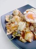 Stir Fried mezcló verduras con Chili Paste asado, el huevo frito y el arroz tailandés del jazmín en plato negro Comida vegetarian Fotografía de archivo libre de regalías