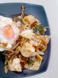 Stir Fried mezcló verduras con Chili Paste asado, el huevo frito y el arroz tailandés del jazmín en plato negro Comida vegetarian Fotos de archivo libres de regalías