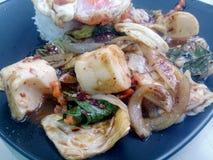 Stir Fried mezcló verduras con Chili Paste asado, el huevo frito y el arroz tailandés del jazmín en plato negro Comida vegetarian Imágenes de archivo libres de regalías