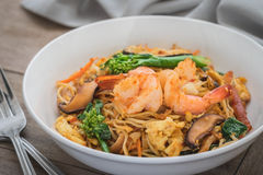 Stir fried noodles with shrimp in bowl Stock Photography