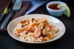 Stir fried rice noodles with prawns and mussels Stock Images