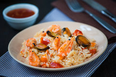 Stir fried rice noodles with prawns and mussels Royalty Free Stock Images