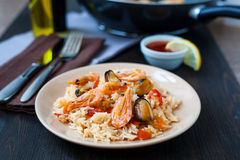 Stir fried rice noodles with prawns and mussels Stock Photos