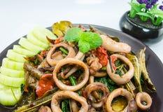 Stir-fried saló el huevo con el calamar en el plato, comida tailandesa tradicional Fotografía de archivo