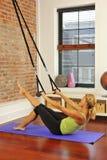 Stirata di Pilates con la barra nel paese Immagine Stock Libera da Diritti