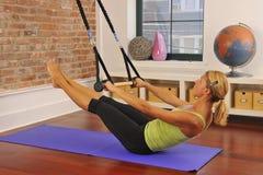 Stirata di Pilates con la barra nel paese Fotografia Stock